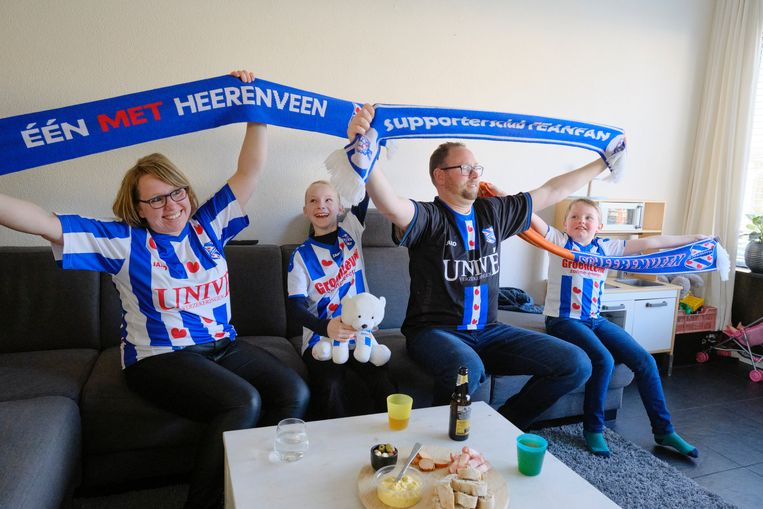 Het gezin Roukema, fervent Heerenveen-supporters, kijkt naar de derby van het noorden: Heerenveen - Groningen 1-1. Beeld Sjaak Verboom