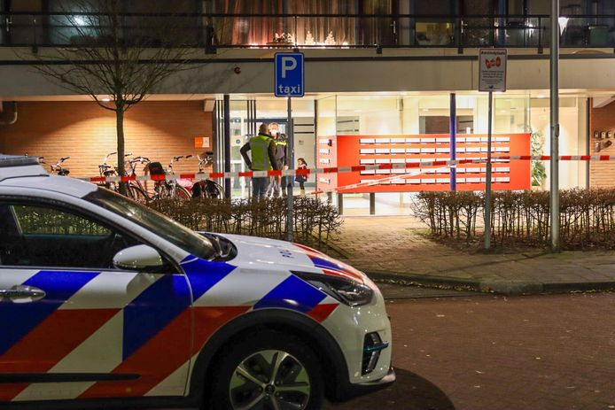 Politie bij de flat in Veenendaal kort na het incident.