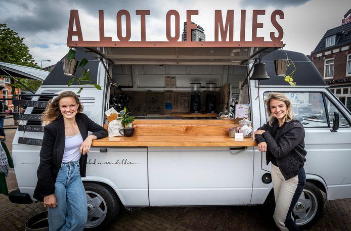 Michelle Nijenhuis (l) en Lotte Timmermans gaan met hun koffiebusje langs zorginstellingen, dagopvang en andere mensen die wat aandacht kunnen gebruiken.