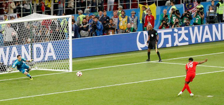 Marcus Rashford scoort een penalty voor Engeland tegen Colombia. Beeld AP