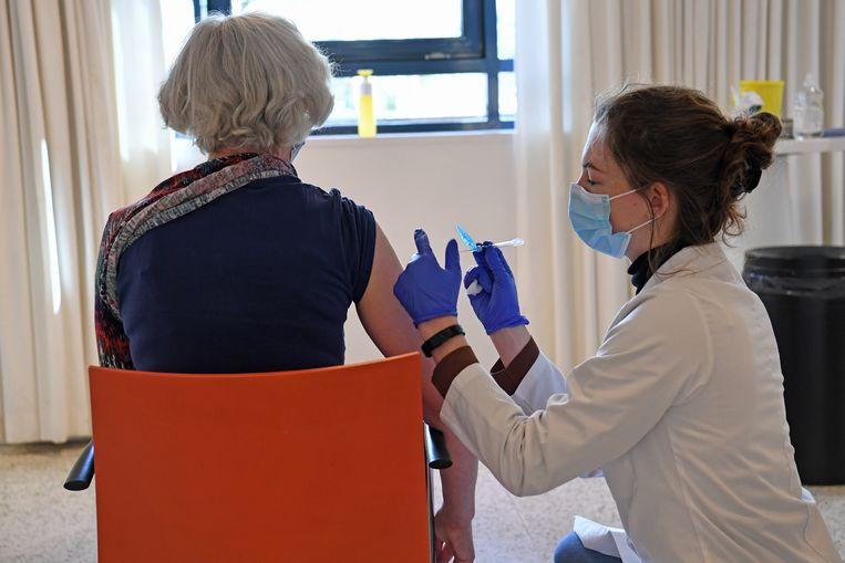 De vaccinatiecampagne van Nederland is inmiddels flink op stoom. Beeld Marcel van den Bergh / de Volkskrant