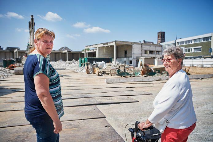 """Ingrid van Uden (links) en Lies Fokkes zien hoe het warenhuis in Oss waar ze jarenlang met plezier werkten tegen de vlakte gaat. ,,Kijk, de kantine is er nog."""""""