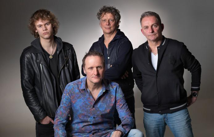 De Nijverdalse band 2 Shot Swing treedt zaterdagavond na twee jaar weer eens op in De Budde.
