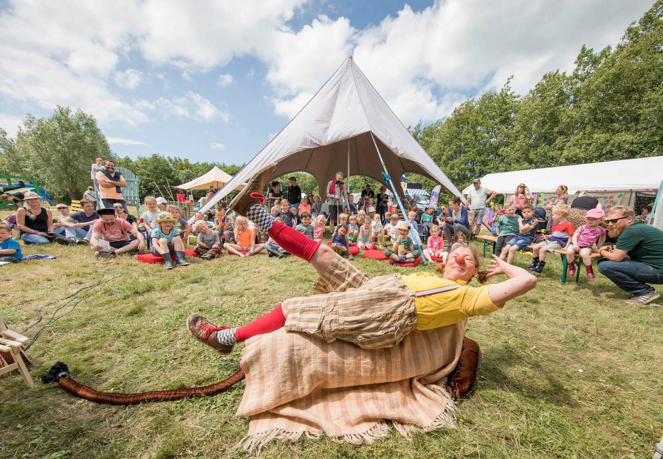 Clown Saar vermaakte zondagmiddag de kinderen tijdens het Eindeloos Eiland Festival.