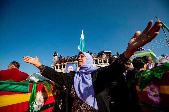 Rouw tijdens de uitvaart van de Koerdische politica Hevrin Khalaf en andere burgerdoden.