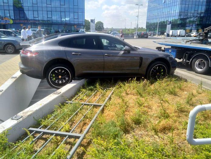 Dat de Porsche niet in de afgrond stortte, is een klein wonder