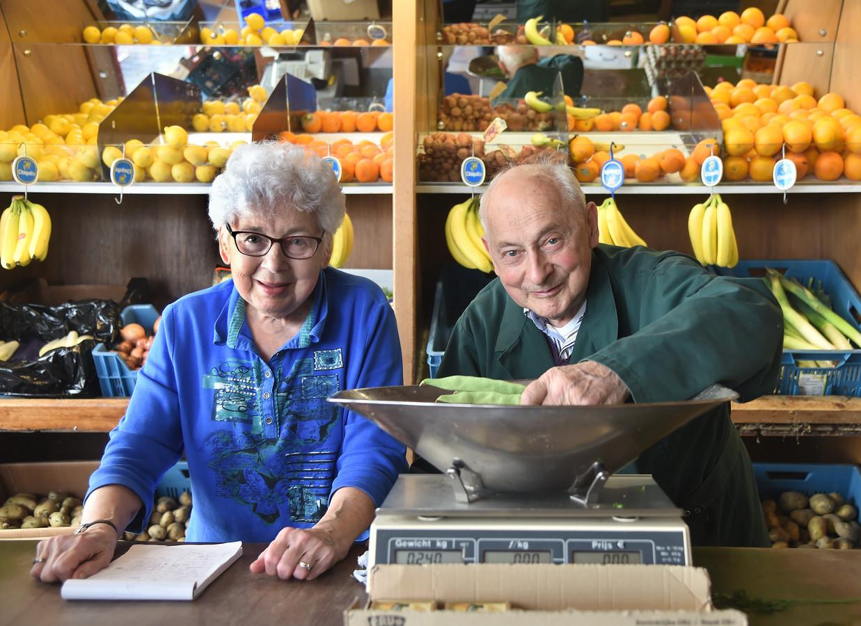 Francien en Adrie Trimpe in hun winkel.