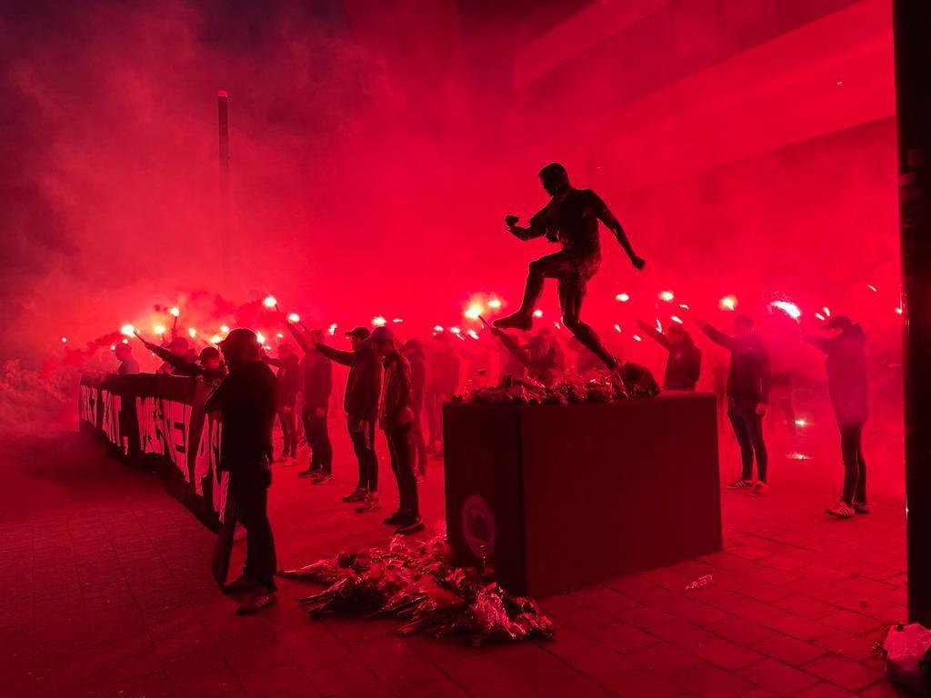 PSV-supporters kwamen woensdag bij het standbeeld van Willy van der Kuijlen bij elkaar.