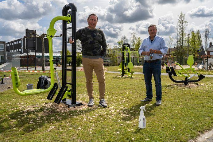 Drie fitnesstoestellen zijn al geplaatst onder het goedkeurend oog van schepen Geert Mannaert en sportfunctionaris Jurgen  Vermeulen.