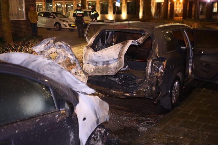 Twee auto's hebben forse schade opgelopen door brand. Dat gebeurde in de Fahrenheitstraat in Den Bosch.