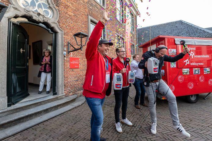 Frans Bauer, dj's Frank van 't Hof en Wouter van der Goes  vieren het  Finale moment 's avonds van collecte Radio 2 in centrum Roosendaal voor het Tongerlohuys, nadat Frans het aantal voordeuren bekend heeft gemaakt.