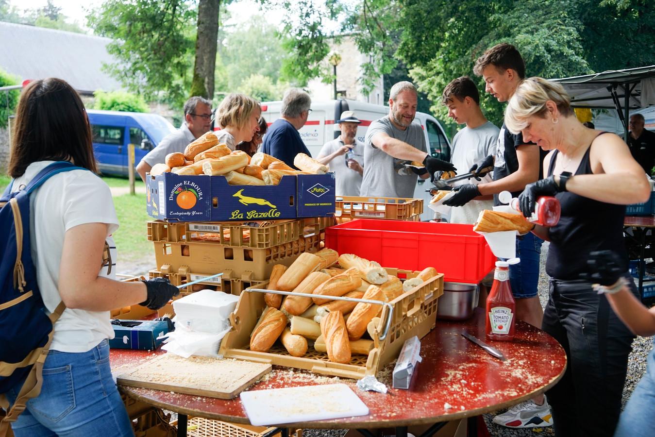 De vrijwilligers bereiden maaltijden voor de inwoners van de getroffen gebieden.