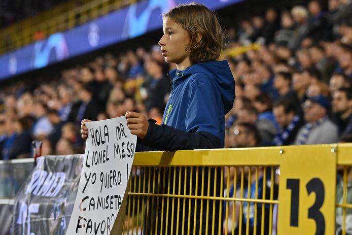 Een beeld van een Messi-fan tijdens de wedstrijd.