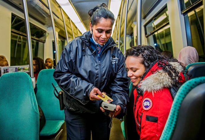 Ov-surveillante Asha Sewgolam controleert de ov-pas van een reiziger.