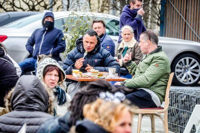 """Enkele Bruggelingen op het geïmproviseerde terras van Kingsclub, een week geleden. """"Onze buurlanden kunnen het, dus waarom wij niet?"""", vraagt burgemeester Dirk De fauw zich af."""
