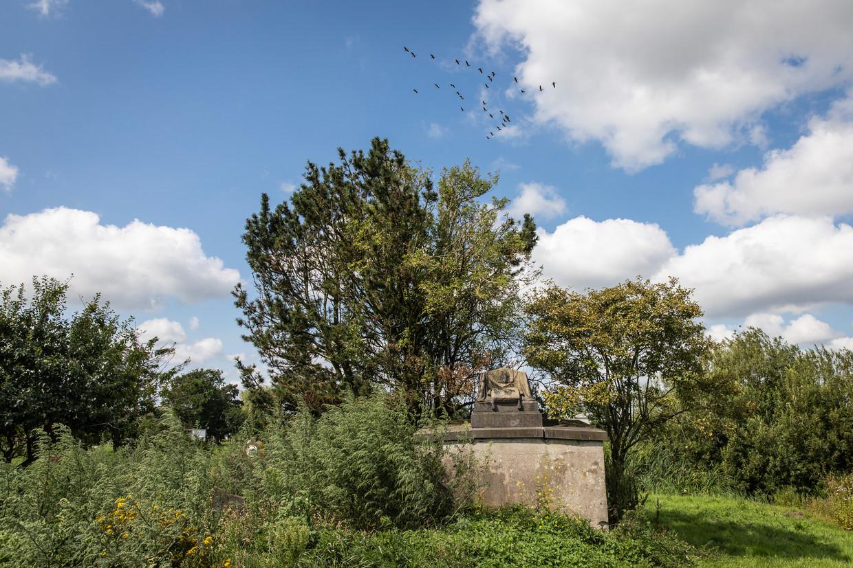 Pronkstuk van de begraafplaats is de grafkelder van de familie Deckers.