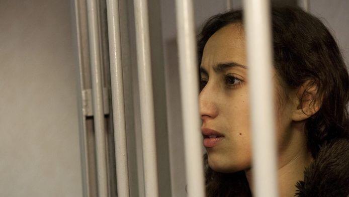 Oulahsen in haar cel. De twee Nederlandse opvarenden van het Greenpeaceschip Arctic Sunrise, campagneleidster Faiza Oulahsen en chef machinekamer Mannes Ubels, blijven nog zeker 2 maanden in de Russische cel.