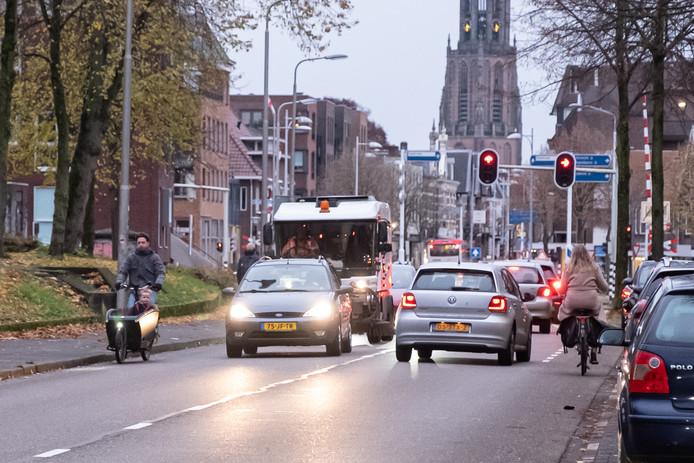 Veel verkeersdeelnemers op een smal wegprofiel kenmerkt de Leusderweg.