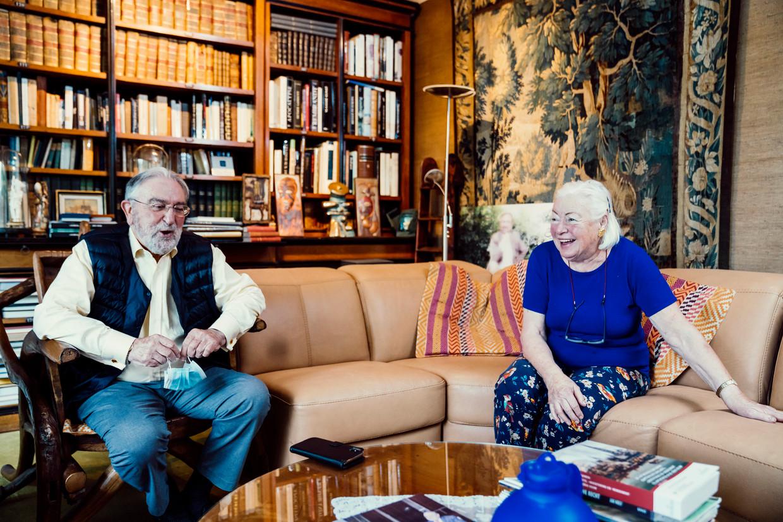 Herman de Croo en Françoise Desguin, trotse vader en moeder van de nieuwe Belgische eerste minister. 'Alexander is echt een doener.' Beeld © Stefaan Temmerman