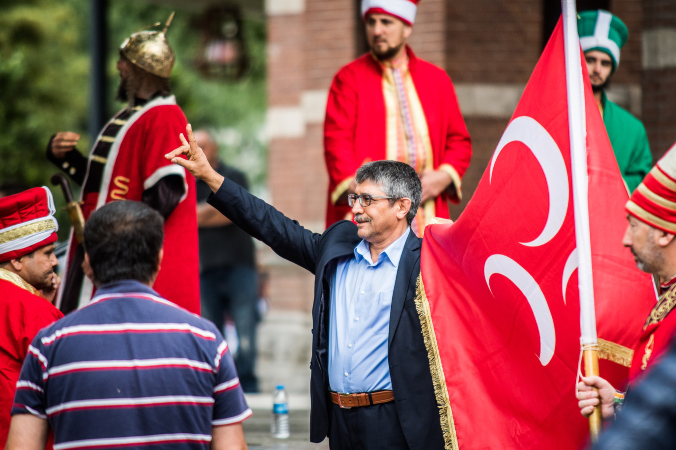 Beeld van de parade van het Turks Festival in Arnhem in 2018: een deelnemer maakt het wolvengebaar dat voor opschudding zorgt. De organisatie drukte iedereen op het hart om het gebaar niet meer te maken.
