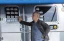 Stickers aan de buitenkant laten zien bij welke filmproducties de Airstream door Tom Hanks werd gebruikt.