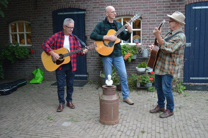 Alex Thissen Tribute Band (v.l.n.r.): Hans Maas, Jos van Oorschot en Joop de Bijl. Op melkbus 'n beeld van Alex.