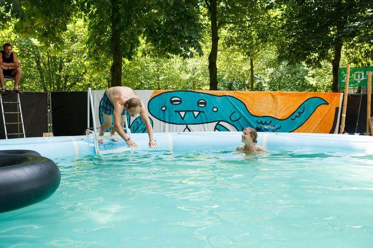 Een duik in het openluchtzwembad nemen? Ook dat is opnieuw Cactusfestival.