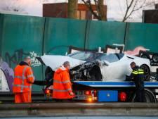 Lamborghini boort zich in vangrail op de N3 bij Dordrecht, inzittenden nemen de benen