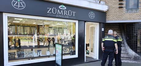 Mannen graaien uit vitrine van Haagse juwelier en rennen weg