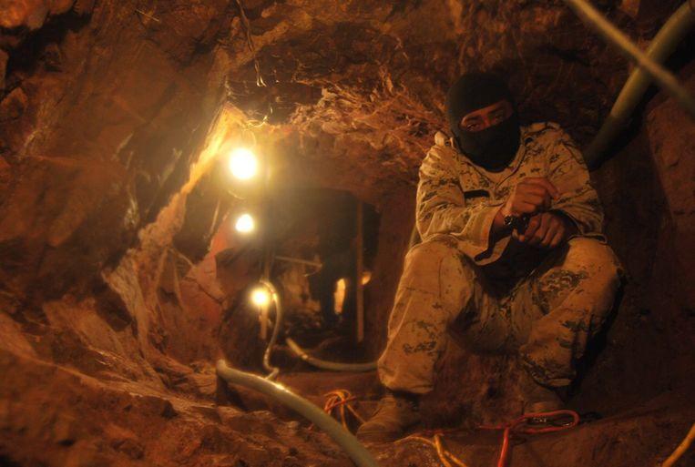 In Mexico is opnieuw een smokkeltunnel ontdekt. Dit maal tussen San Diego en Tijuana. Het gaat om een geavanceerde tunnel, waarin licht en een railsysteem aanwezig is. <br /><br /> In de tunnel is zo'n 30 ton aan marijuana aangetroffen. <br /><br />De Mexicaanse drugskartels zijn verantwoordelijk voor ongeveer 70 procent van de drugsinstroom naar de Verenigde Staten. Er wordt met name cocaïne, amfetamine en marijuana gesmokkeld. <br /><br />Sinds oktober 2008 hebben de Mexicaanse autoriteiten zeker 71 smokkeltunnels gevonden.<br /><br />Op deze foto: een in januari ontdekte smokkeltunnel in Nogales, Mexico. De tunnel was 56 meter lang en nog niet af. Beeld EPA