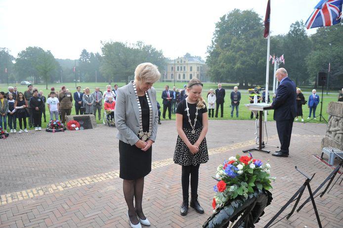 Herdenking bij De Naald Oosterbeek. Burgemeester Agnes Schaap heeft samen met de kinderburgemeester een krans gelegd.