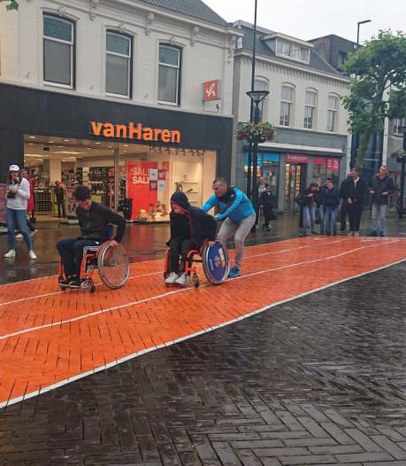 Oss opent atletiekbaan op De Heuvel in stromende regen