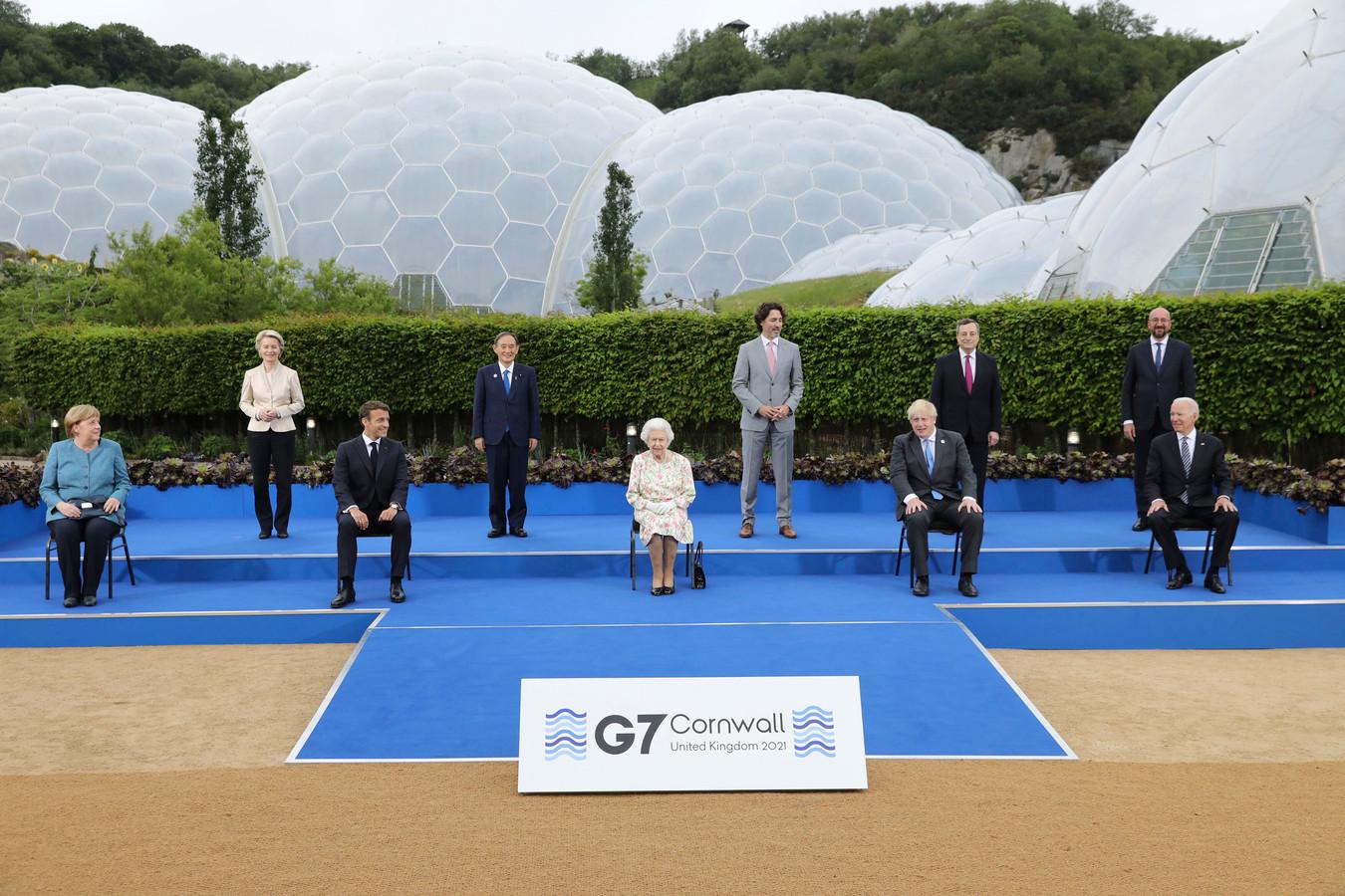 De Britse koningin Elizabeth met de G7-leiders.