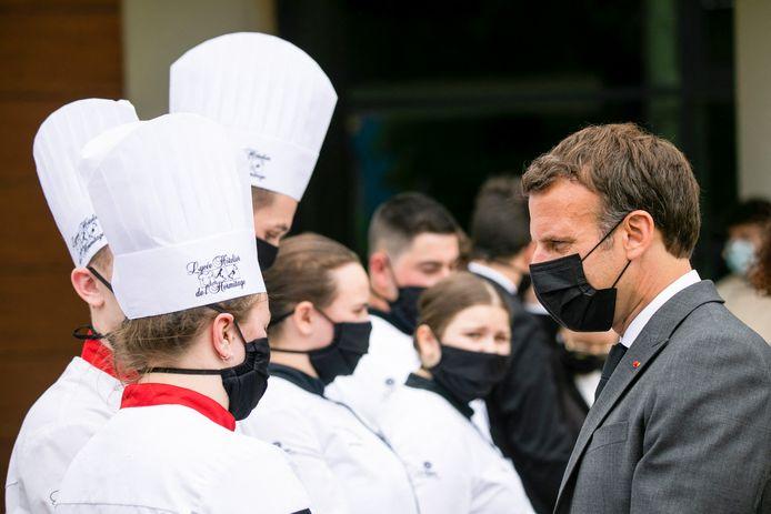 Macron zette na het incident zijn bezoek verder en sprak leerlingen van een hotelschool.