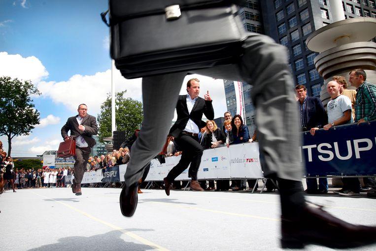 Deelnemers van de Hakken-Pakken Run op de Zuidas in Amsterdam.  Beeld  ANP