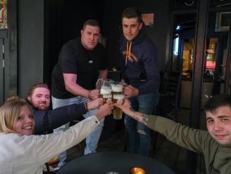 """T-Day! Om 8 uur meteen al liters bier in Bar Luxe: """"We doen het voor de uitbater, hij is onze vriend"""""""