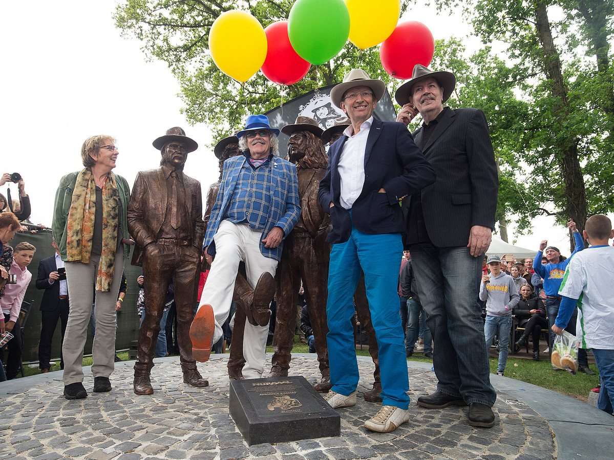 De drie leden van het eerste uur van Normaal bij de onthulling van hun standbeeld in Hummelo: Bennie Jolink, Ferdi Jolij en Willem Terhorst. Uiterst links Irma Manschot, weduwe van de in 2014 overleden drummer en mede-oprichter Jan Manschot.