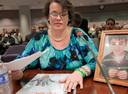 Moeder Veronique de la Rosa met een foto van de vermoorde Noah. In 2013 voerde ze actie voor een strengere wapenwet. Volgens Alex Jones zat ze daardoor in een complot.
