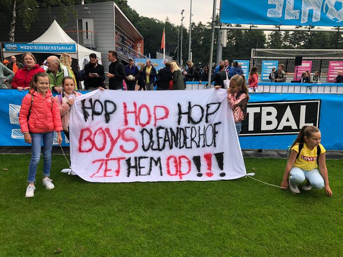 De jongens van de Olenanderschool hadden supporters mee.