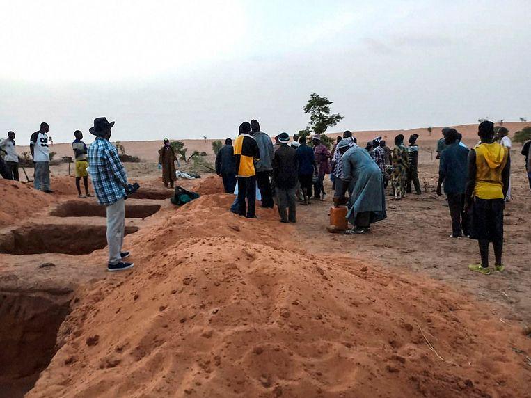Graven voor de meer dan 100 doden die vielen in juni dit jaar bij een aanval op een Dogon dorp in Mali waarschijnlijk uitgevoerd door een Fulani-militie.  Beeld AFP