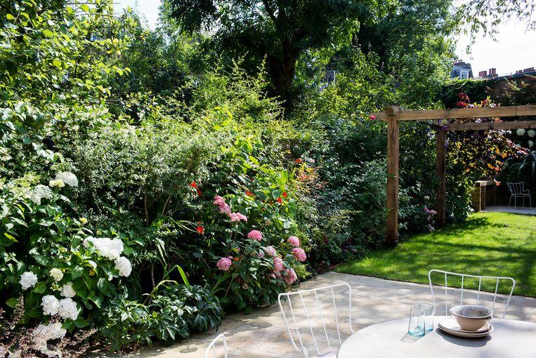 Veel Londenaars zouden een arm over hebben voor een weelderige tuin als deze, met een terras en genoeg plaats voor de kinderen om te ravotten. Beeld Paul Raeside
