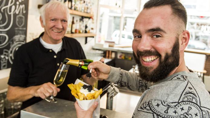 Friet met kaviaar en Champagne bij Tante Nel. Op de foto Albert Vooijs (L) en Kevin de Roos.