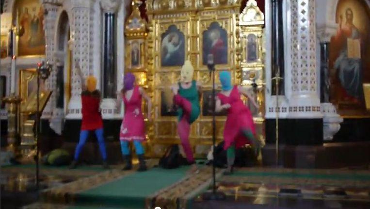 Een still van een video van het optreden in de kerk Beeld