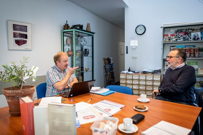 Jeroen Zwier (links) hoort het verhaal van Edwin Huuskes aan. De twee spraken een uur over hun liefde voor genealogie.