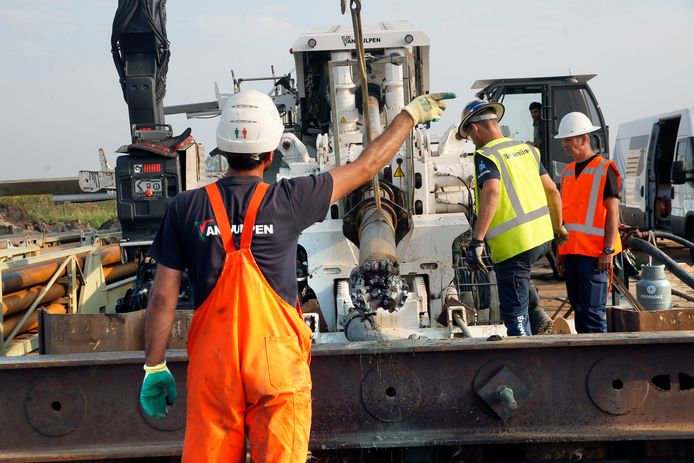 De 300-ton boormachine wordt in gereedheid gebracht voor de volgende boring.