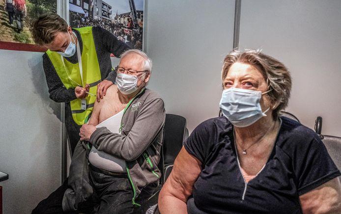 Omer Delporte & Annie Vanzieleghem zijn blij dat ze nu allebei een beetje beter beschermd zijn tegen het coronavirus.