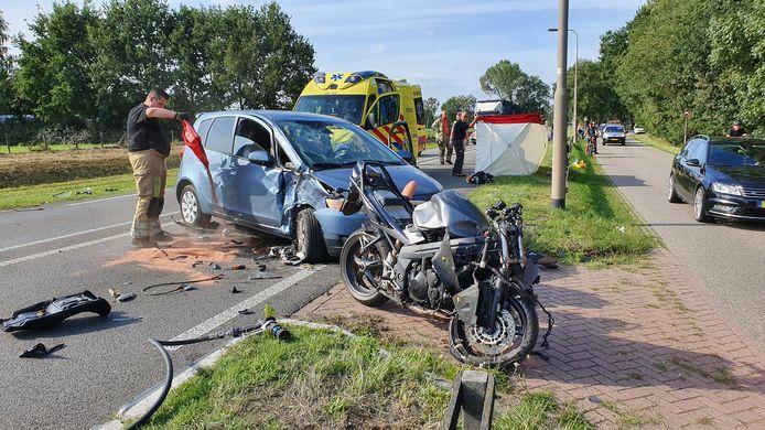 Hulpverlening na de zware aanrijding op de Cuneraweg bij Rhenen in augustus vorig jaar.