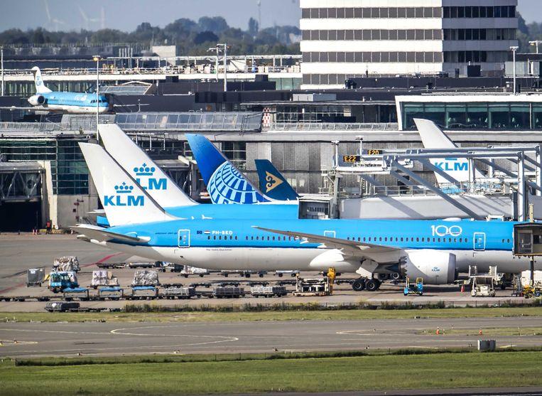 De beveiliging van Schiphol is niet waterdicht. Criminelen kunnen de luchthaven infiltreren, blijkt uit een rapport. Beeld ANP