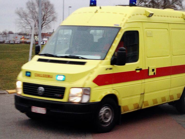 De ziekenwagen waarin Salah Abdeslam zit, komt aan bij de gevangenis. Beeld belga