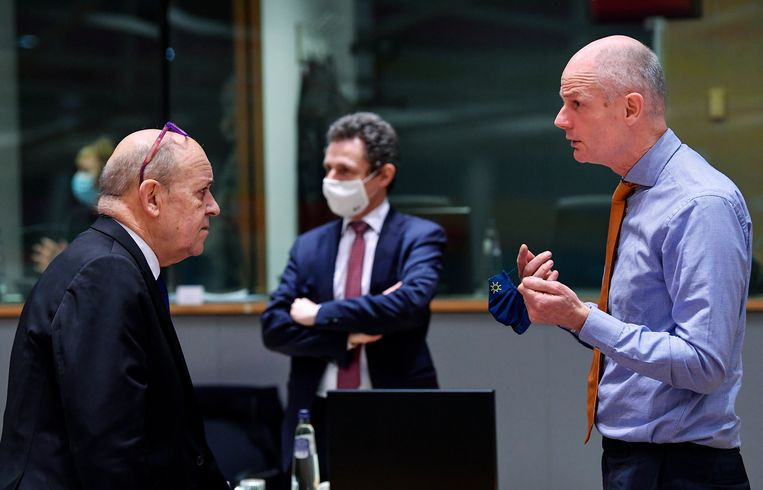 Buitenlandminister Stef Blok (r) in gesprek met zijn Franse collega Jean-Yves Le Drian in Brussel. Beeld AP